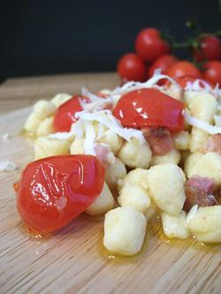 Gnocchetti, ceci, pomodorini e pancetta